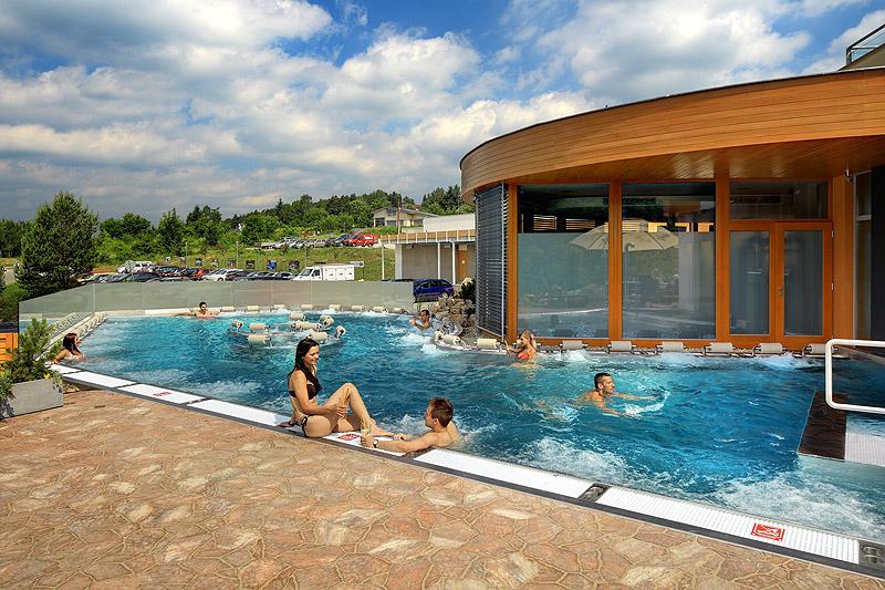 INFINIT - Brno - 2015-06- hotel Maximus - bazeny a louka